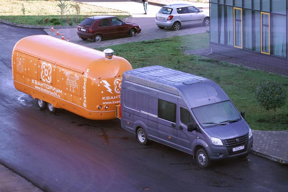 Автопоезд для мобильного автокванториума на базе трейлера Airstream